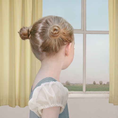 @Loretta Lux: At the Window. Κατά τη ταπεινή μου γνώμη η εμβληματικότερη εικόνα της, κάπου ανάμεσα στον Gerhard Richter(με το εύρημα της στροφής τπου κεφαλιού, που μετατρέπει το πορτραίτο σε ηθογραφία-και Gaspar David Friedrich με τον τρόπο -καθαρά ρομαντικό-που δραπετεύει η ψυχή από το περίκλειστο περιβάλλον στο οποίο είναι εγκλωβισμένη αλλά και το πώς περιγράφεται το τοπίο έξω μεσα απ'το παράθυρο.